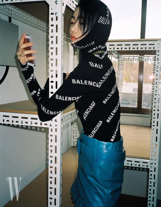 후디 터틀넥은 발렌시아가 제품. 가격 미정. 가죽 미니스커트는 프라다 제품. 가격 미정. 체인 목걸이는 루이 비통 제품. 2백만원대.