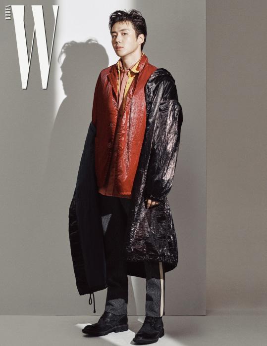 검정 레인 코트와 빨강 재킷은 드리스 반 노튼, 노랑 셔츠는 캘빈 클라인 진, 분홍 셔츠는 드리스 반 노튼, 팬츠는 캘빈 클라인, 슈즈는 토즈 제품.