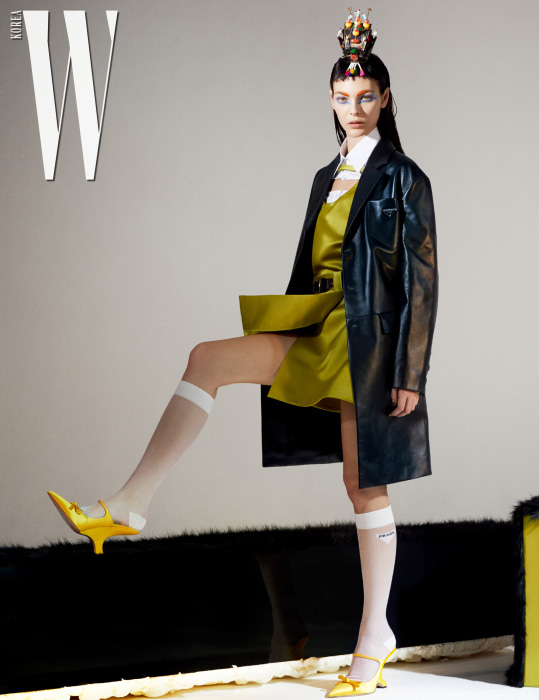 검은색 가죽 코트, 순백의 셔츠, 연두색 새틴 톱, 벨트, 로고 장식 니삭스, 조형적인 굽의 새틴 슈즈는 모두 Prada 제품. 다채로운 색감의 한국 족두리는 스타일리스트 소장품.
