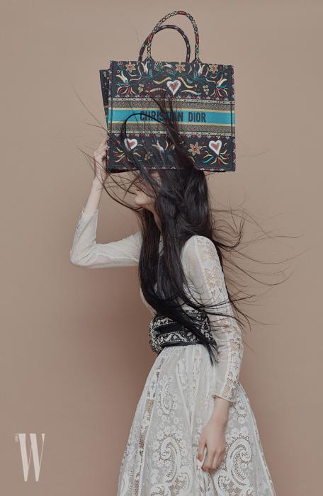 섬세한 자수 장식의 패브릭 디올 북 토트백은 3백65만원. 레이스 드레스, 벨트는 가격 미정. 모두 디올 제품.