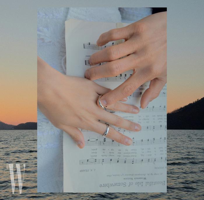 변준서가 착용한 18K 옐로 골드를 촘촘히 세팅한 티파니 클래식 밀그레인 웨딩 밴드 링과 김다영이 착용한 플래티넘 세팅 밀그레인 웨딩 밴드 링은 Tiffany & Co. 제품.