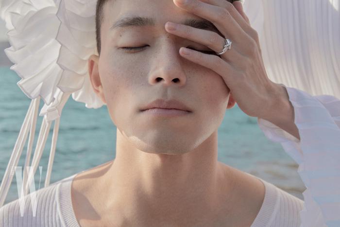 김다영이 착용한 브릴리언트 컷 다이아몬드 38개를 세팅한 화이트 골드 주 드 리앙 링은 Chaumet 제품.