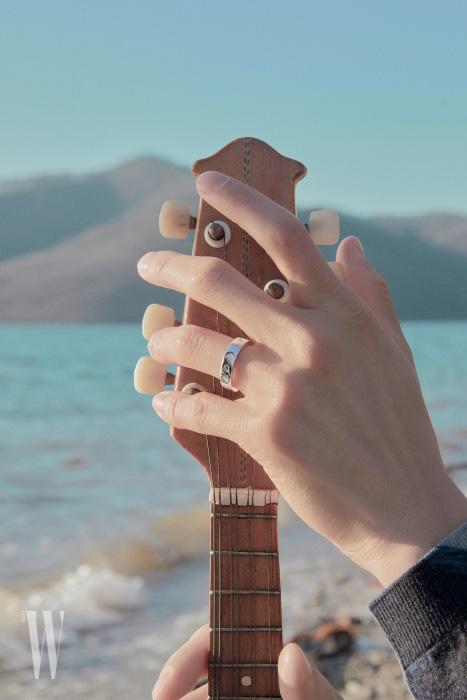 변준서가 착용한 다이아몬드 세팅 화이트 골드 불가리 불가리 로만 소르베 링은 Bulgari 제품.