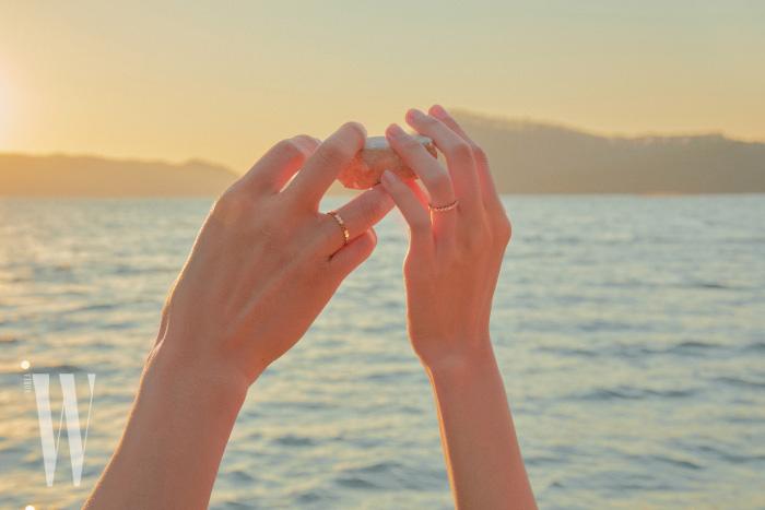 변준서가 착용한 육각형 벌집 모양을 모티프로 한 핑크 골드 비마이러브 링, 김다영이 착용한 다이아몬드 세팅 핑크 골드 비마이러브 링은 모두 Chaumet 제품.