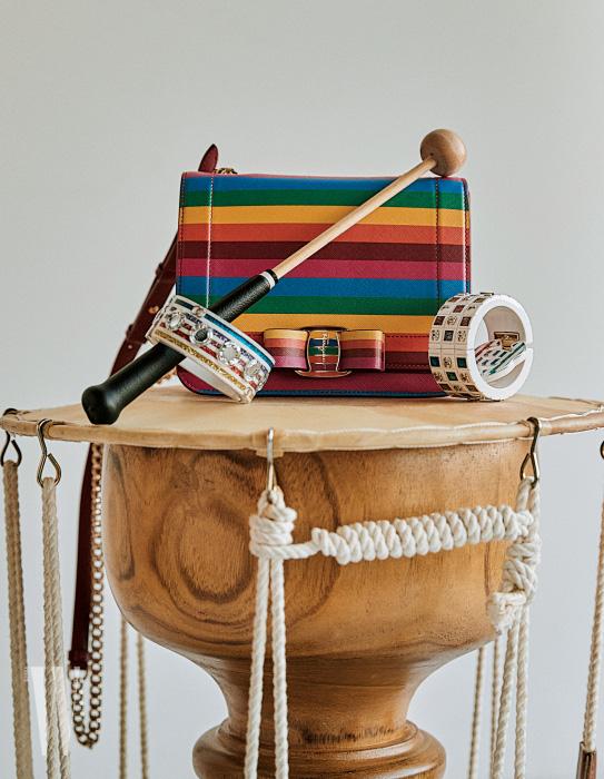 무지개색 줄무늬 체인 백은 살바토레 페라가모 제품. 1백99만원. 무지개색 뱅글과 로고 브로치는 모두 샤넬 제품. 가격 미정.