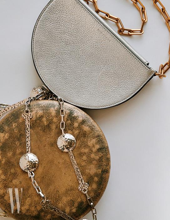 반달 모양 은색 체인 백은 버버리 제품. 1백39만원. 꽹과리 위에 얹은 숟가락 모양 체인 목걸이는 로에베 제품. 86만원.