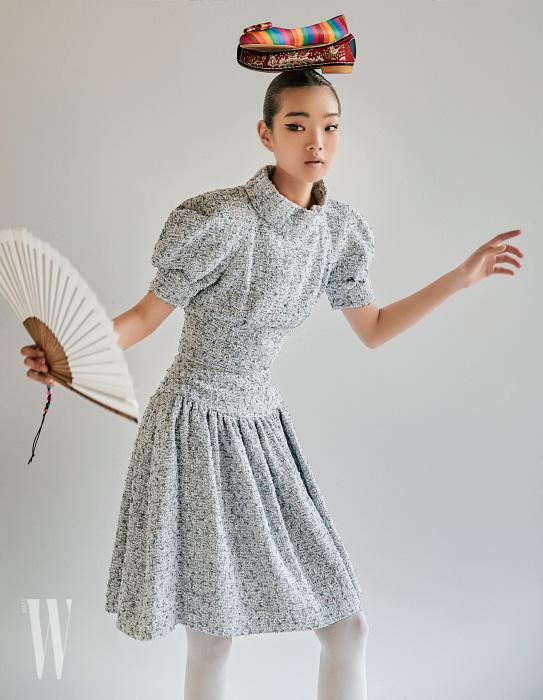 줄무늬 플랫 슈즈는 살바토레 페라가모 제품. 83만원. 비단 꽃신은 금단제 제품. 가격 미정. 둥근 어깨의 톱과 스커트는 샤넬 제품. 가격 미정.
