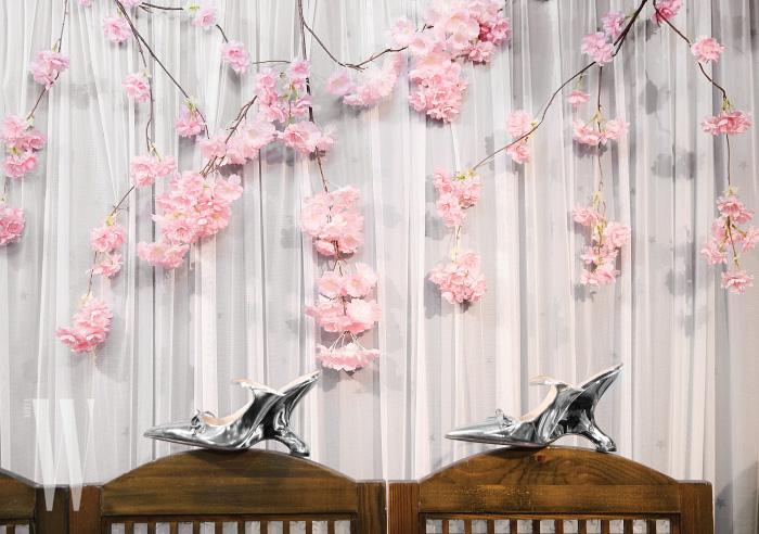 굽 모양이 건축적인 리본 장식 슈즈는 프라다 제품. 1백 34만원.