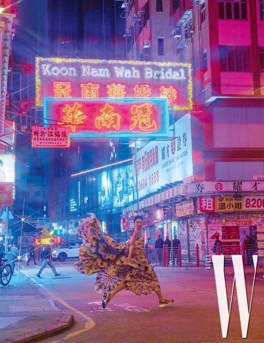 화려한 문양으로 염색된 롱 드레스와 스니커즈, 헤드밴드는 모두 Dior 제품.