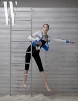 검정 점프슈트와 로고 카디건, 메탈 목걸이, 슬라이드는 모두 Chanel 제품.