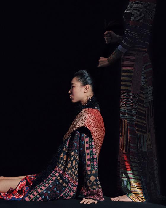 배윤영이 입은 이국적인 패턴의 퍼 장식 재킷은 Etro, 안에 입은 실크 드레스는 Valentino 제품, 어깨에 두른 띠는 에디터 소장품. 김다영이 입은 줄무늬 톱과 롱스커트는 Missoni 제품.