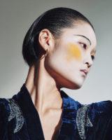 주얼 장식의 벨벳 가운은 Dodo Bar Or by Matchesfashion.com, 조형적인 이어링은 Givenchy 제품.