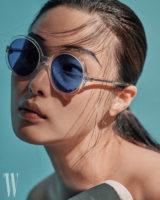 투명한 프레임이 청량감 넘치는 선글라스는 샤넬 제품. 가격 미정.