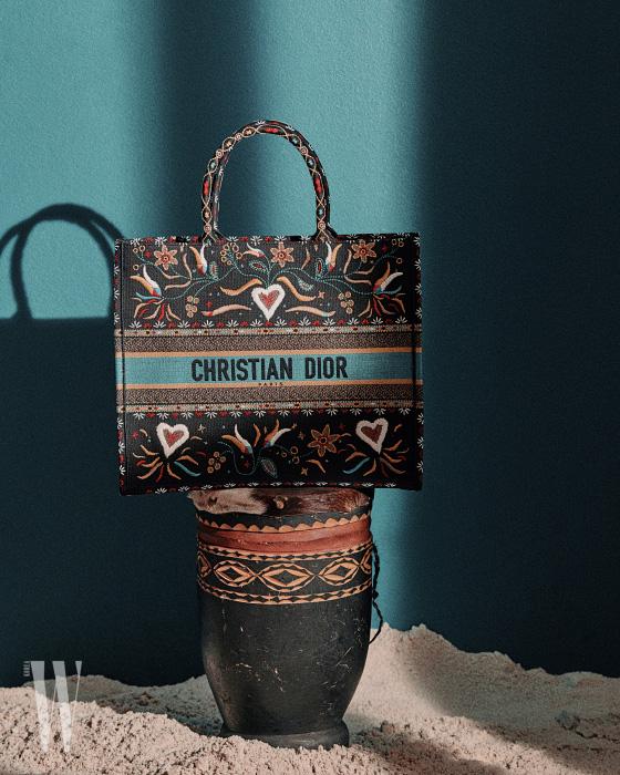 다채로운 자수 장식 패브릭이 이국적인 느낌을 주는 토트백은 디올 제품. 3백60만원.