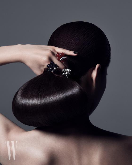 자마노, 자수정 원석, 실버 소재의 열매 모양 반지는 모두 Ahwon Gongbang 제품.