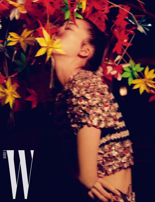 비즈 장식 톱과 스커트, 핸드백은 모두 Chanel 제품.