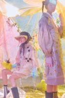왼쪽 | 튤 장식 모자, 프릴 장식 점퍼와 그 위에 겹쳐 입은 투명한 PVC 소재 꽃 장식 아우터, 펀칭 장식 부츠는 모두 4 Moncler Simone Rocha 제품. 오른쪽 | 순백의 셔츠, 볼륨감을 더한 소매가 돋보이는 트렌치코트와 그 위에 겹쳐 입은 투명한 꽃 장식 앞치마, 부츠는 모두 4 Moncler Simone Rocha 제품. 줄무늬 양말은 I Hate Monday 제품.