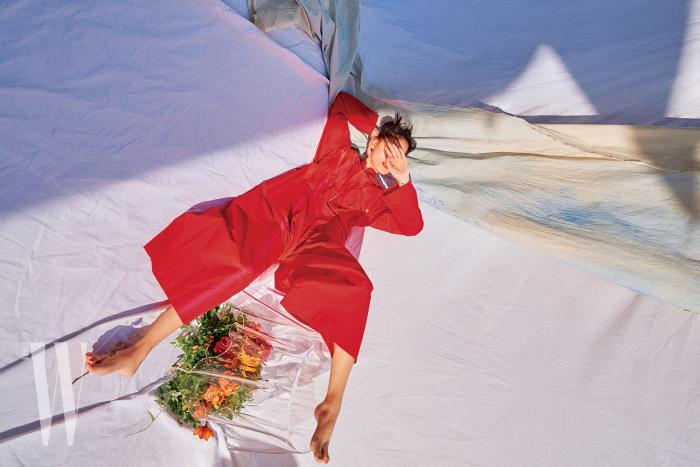 붉은색 점프슈트는 Hermes 제품.