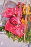 장미에서 영감을 받은 새틴 소재의 로즈 브레이슬릿 소프트 클러치는 Roger Vivier, 입체적인 꽃 장식의 메탈 초커는 Fendi 제품.