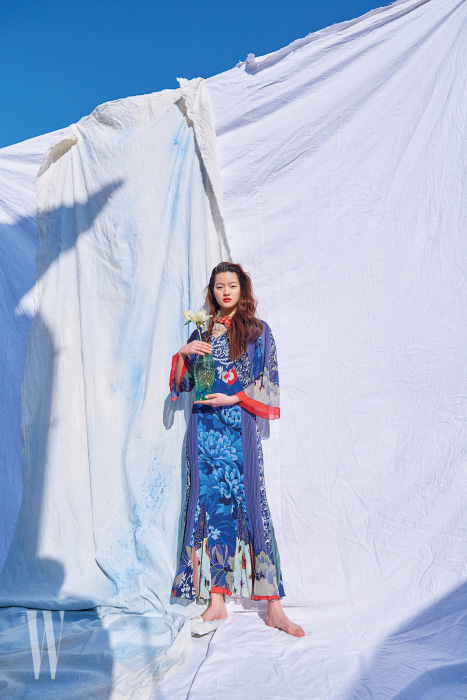 자연에서 영감을 받은 이국적인 프린트의 플리츠 장식 드레스는 Etro 제품.