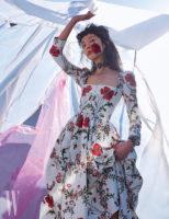 탐스러운 붉은색 꽃 자수가 돋보이는 코르셋 형태의 드레스, 주얼 장식 초커, 버클 장식 가죽 팔찌는 모두 Alexander McQueen 제품.