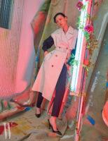검정 셔츠와 슬리브리스 트렌치코트, 검정 시가렛 팬츠, 슬링백 펌프스는 모두 Bottega Veneta 제품.