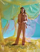 감미로운 색감의 테일러드 팬츠 슈트와 셔츠, 스웨이드 슈즈는 모두 Tod's 제품.